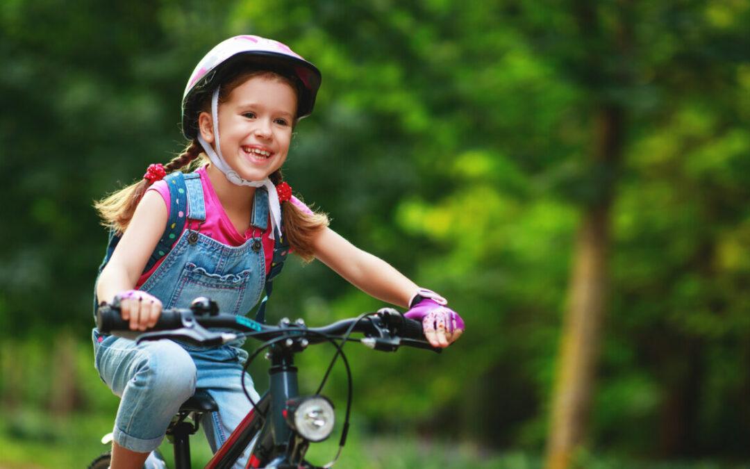 kleines-maedchen-faehrt-auf-dem-fahrrad-in-der-natur