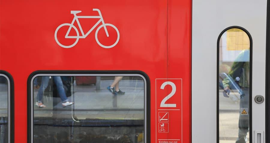 nahaufnahme-zug-mit-fahrradmitnahme-symbol