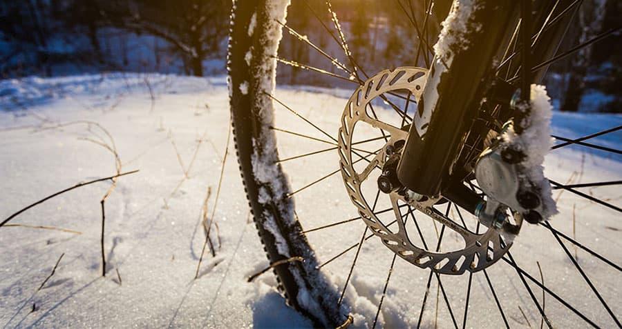 nahaufnahme-fahrradreifen-mit-scheibenbremse-im-schnee