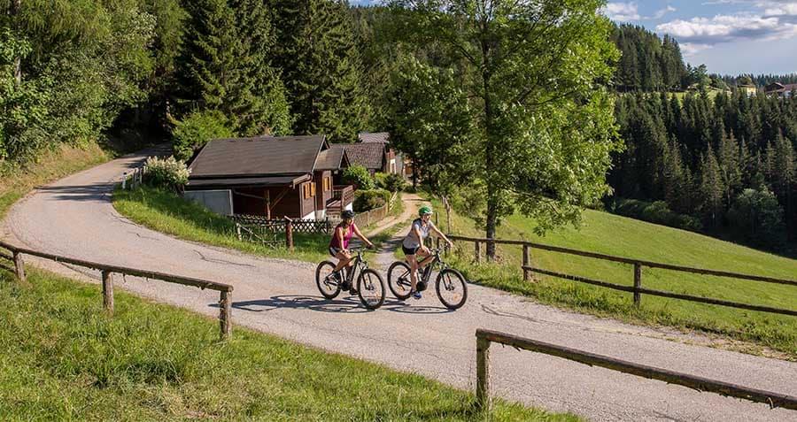 zwei-frauen-radeln-mit-dem-e-mountainbike-am-radweg-in-kindberg