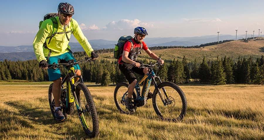 zwei-maenner-geniessen-die-tour-mit-dem-e-mountainbike-im-windpark-pretul